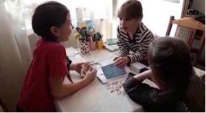 дети общаются на английском языке